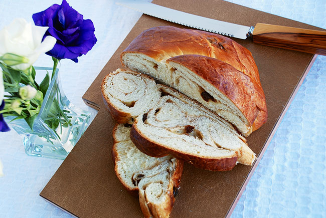 cinnamon raisin challah sliced